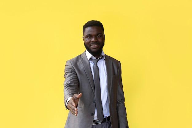 O afro-americano conta até 5, gesto de mão, banner