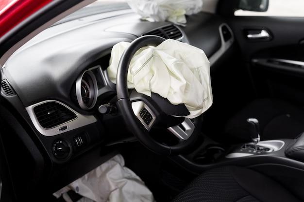 O airbag explodiu em um acidente de carro. car crash