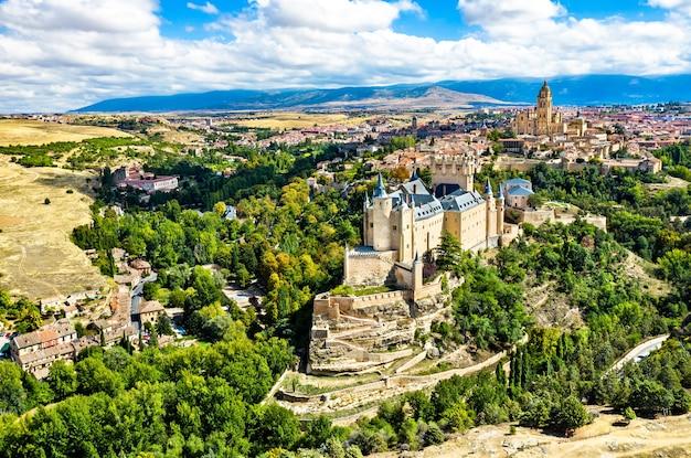 O alcázar de segóvia, um castelo medieval em castela e leão, espanha