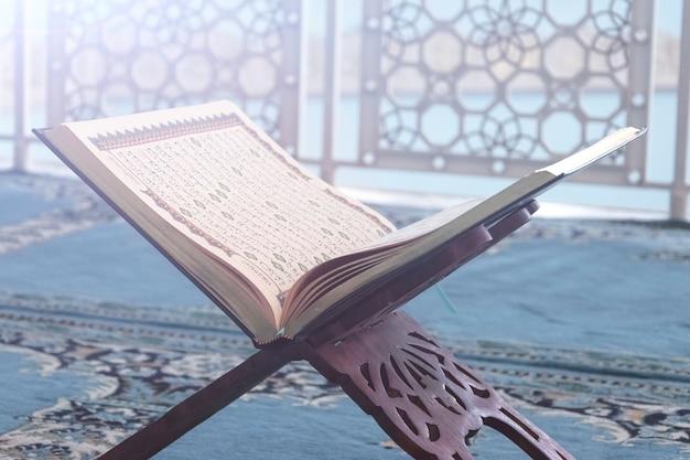 O alcorão é um livro sagrado dos muçulmanos em close.