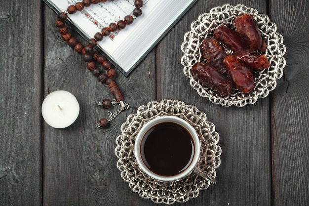 O alcorão sagrado aberto com contas tasbih