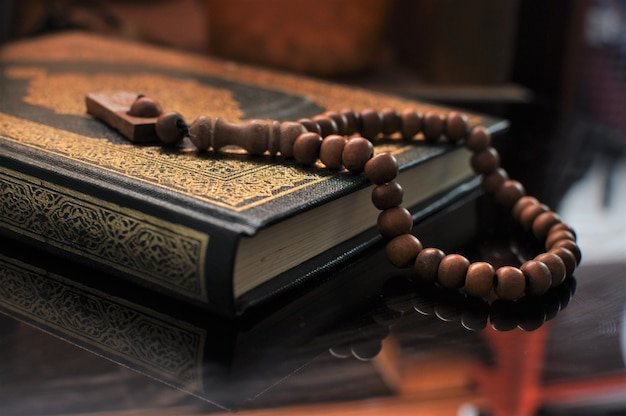 O alcorão sagrado com missangas tasbih / rosário