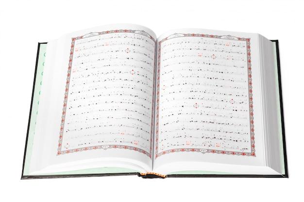 O alcorão sagrado sobre fundo branco