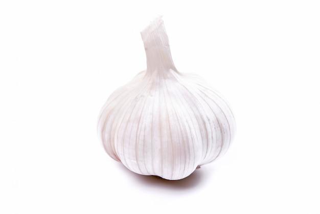 O alho é uma especiaria nativa usada na culinária, imagens isoladas no fundo branco.