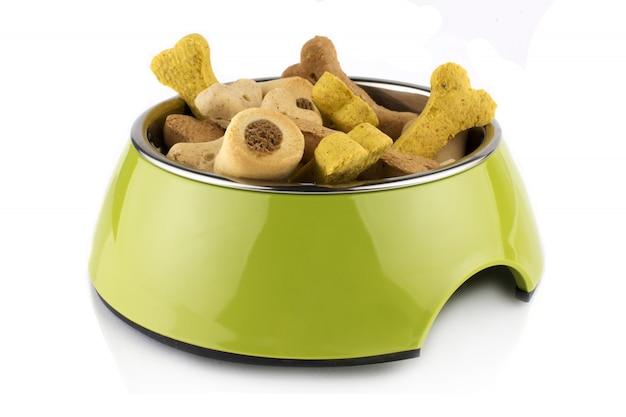 O alimento de metacrilato de tigela verde trata o recipiente para cachorro ou gato com comida. isolado no fundo branco