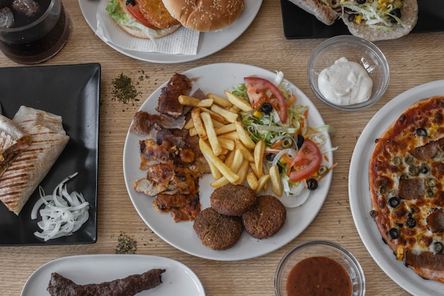 O alimento do oriente médio serviu nos pratos vistos do ângulo alto no quadro completo do close up.