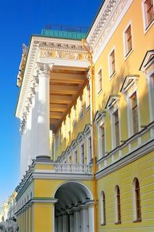 O almirantado, vista da entrada principal de são petersburgo. rússia