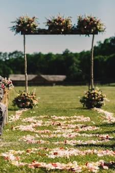 O altar do casamento quadrado decorado com stands de bouquets