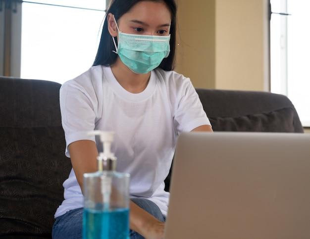 O aluno aprende online em casa