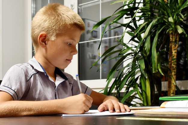 O aluno faz tarefas escolares à noite