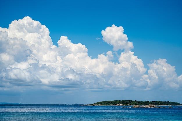 O ambiente da ilha de munnok, a leste da ilha da tailândia., céu aberto muito bonito, nuvem, mar e praia.