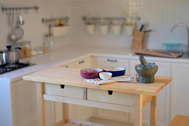 O ambiente na cozinha onde os alimentos são preparados
