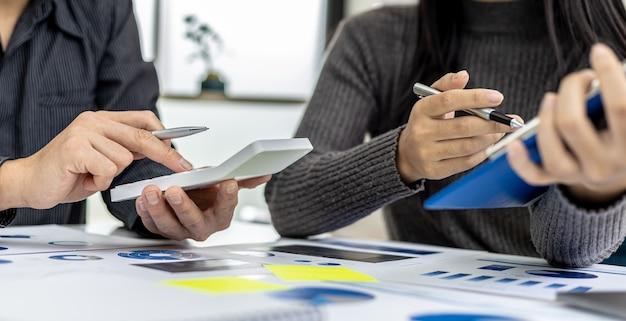 O ambiente na sala de reuniões onde empresários e parceiros de negócios se encontram, reunindo resumos e brainstorming para fazer a empresa crescer mais. conceito de administração de empresas.