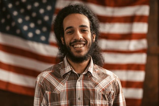 O americano patriótico sorri abertamente