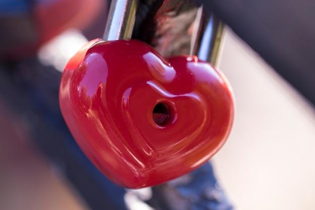 O amor em forma de coração trava na ponte como um símbolo do amor eterno e amor sem fim
