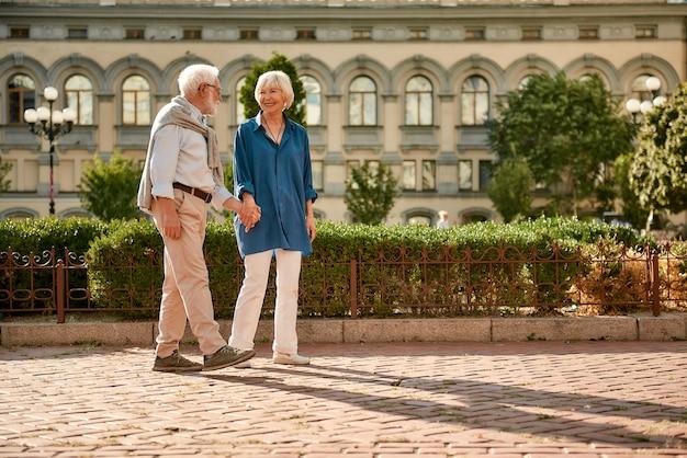 O amor não tem limite de idade lindo casal de idosos de mãos dadas e olhando um para o outro com um sorriso