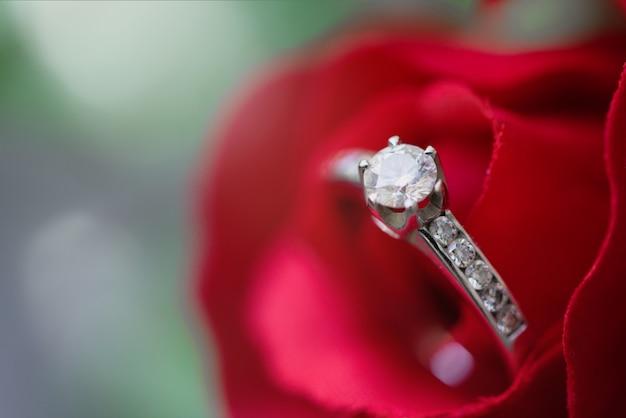 O anel de diamante na florescência bonita aumentou.