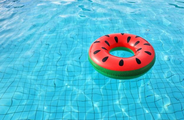 O anel de vida de melancia na piscina