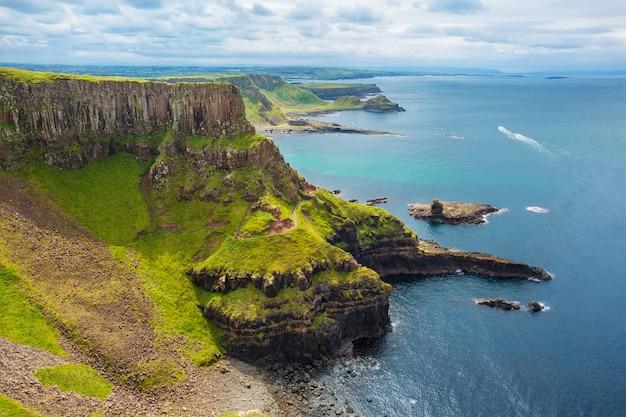 O anfiteatro, port reostan bay e calçada dos gigantes na superfície, condado de antrim, irlanda do norte, reino unido