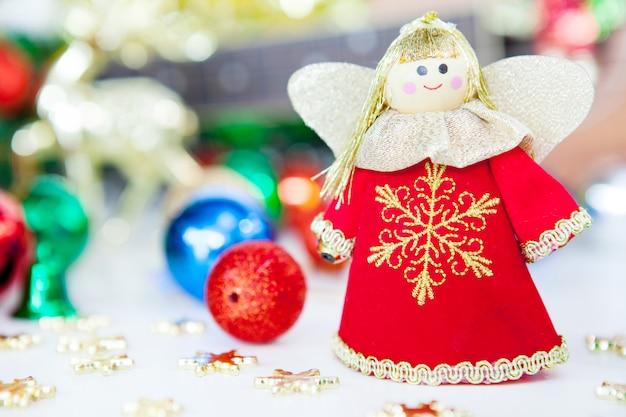 O anjo da caixa de presente reza e decoração do brinquedo da árvore de natal.
