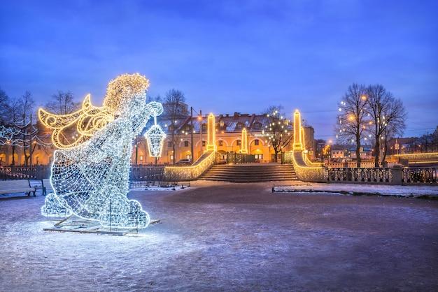O anjo do ano novo perto da ponte krasnogvardeisky em são petersburgo