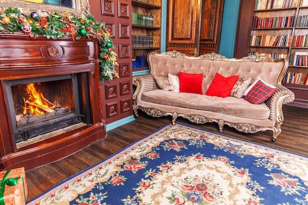 O ano novo clássico do natal decorou a biblioteca home da sala interior com lareira.
