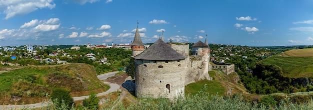 O antigo castelo medieval da cidade de kamenetzpodolsky, um dos monumentos históricos da ucrânia