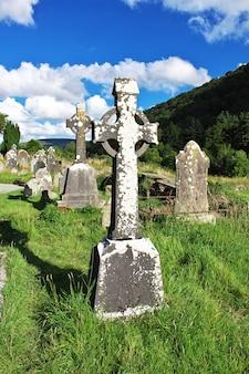 O antigo cemitério em glendalough monastic settlement, irlanda