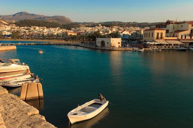 O antigo porto veneziano em rethymno, ilha de creta, grécia.