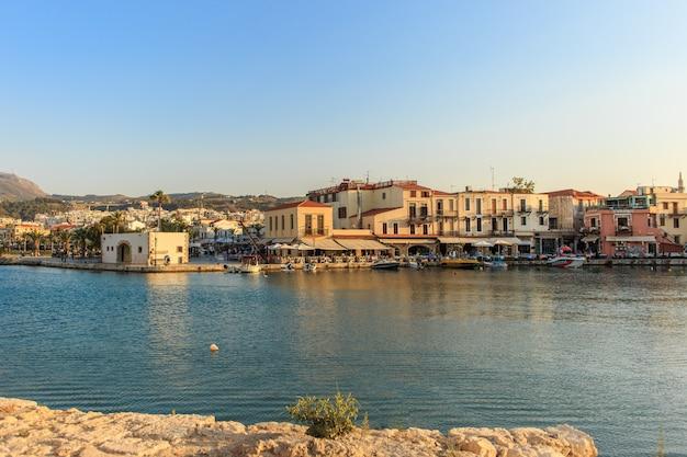 O antigo porto veneziano em rethymno, ilha de creta