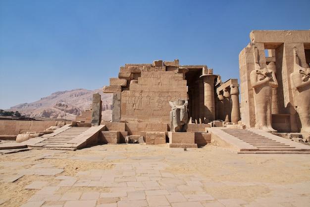 O antigo templo de ramesseum em luxor, egito