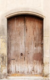 O antigo uma porta de madeira na espanha