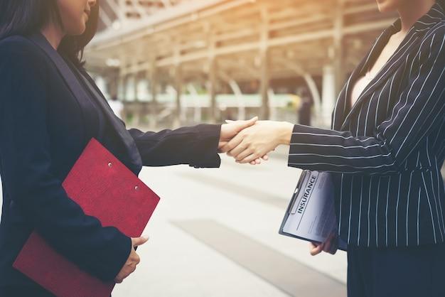 O aperto de mão dos empresários com o companheiro de trabalho, o trabalho do parceiro de negócios handshake lidam juntos.