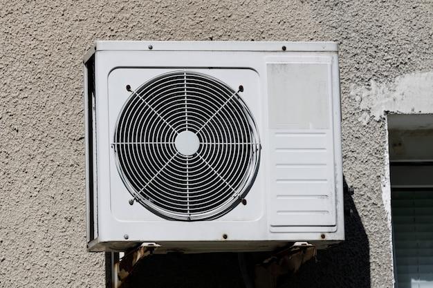 O ar condicionado antigo está pendurado na parede de um edifício residencial. foto de alta qualidade