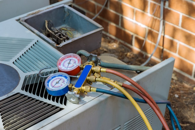O ar condicionado para o técnico está verificando o equipamento de medição de ar condicionado, conserto e manutenção