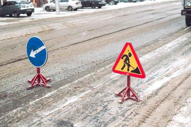 O arado de neve remove a neve da rua da cidade.