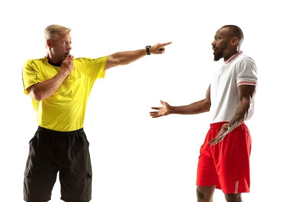O árbitro dá instruções com gestos para jogadores de futebol ou futebol
