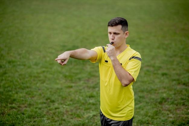 O árbitro indica uma violação das regras