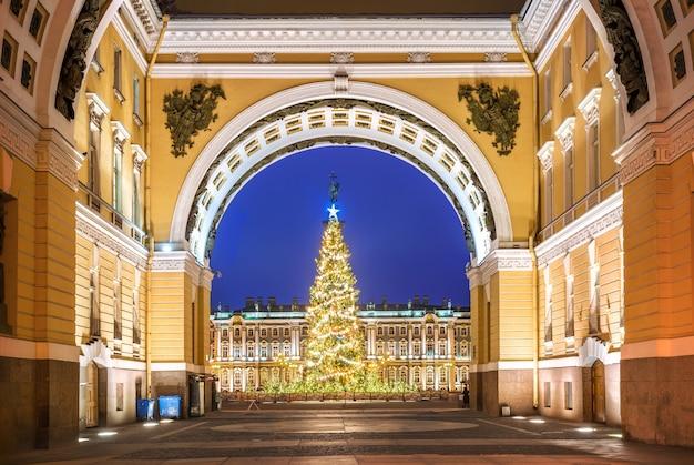 O arco do triunfo na praça do palácio em são petersburgo e a árvore do ano novo