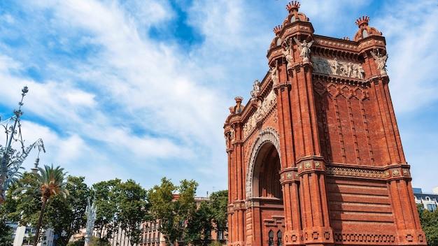 O arco do triunfo no parc de la ciutadella, barcelona, espanha