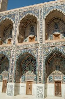 O arco e o design externo do antigo registan em samarcanda arquitetura da ásia central