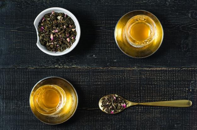 O armud com chá, cerimônia do chá. fundo de madeira preto.