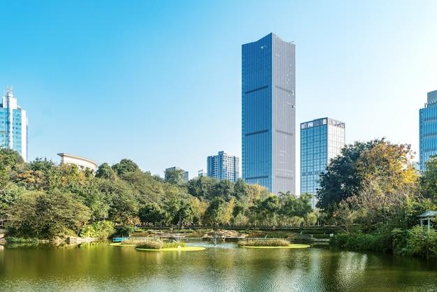 O arranha-céu está no lago do parque, chongqing, china