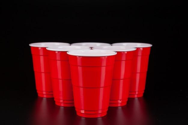 O arranjo de copos de plástico vermelhos para o jogo de pong de cerveja