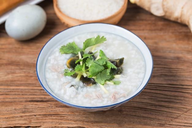 O arroz preservou o papa de aveia chinesa do arroz da carne de porco magra do papa de aveia, café da manhã saudável tradicional chinês