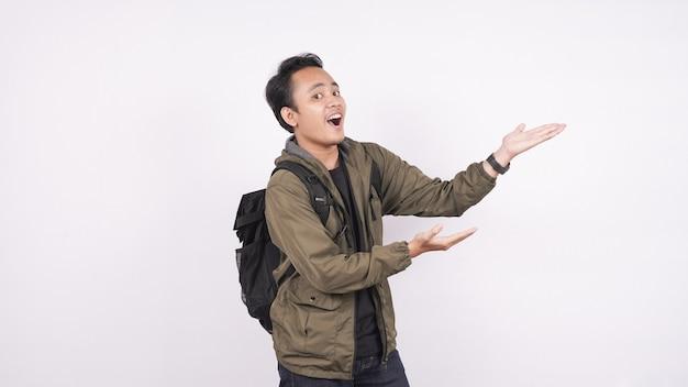O asiático usa a bolsa com um ponto em branco