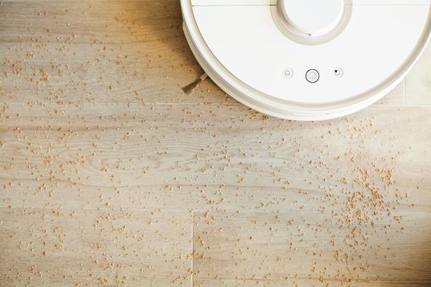 O aspirador de pó robô executa a limpeza automática do apartamento em um determinado momento. lar inteligente.