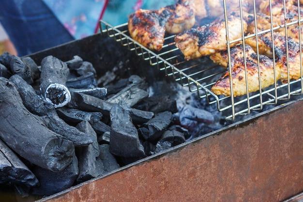 O assado do no espeto da carne da faixa do peito de frango em espetos grelha.