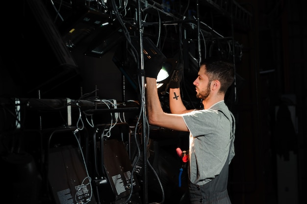 O assistente de palco acende as luzes