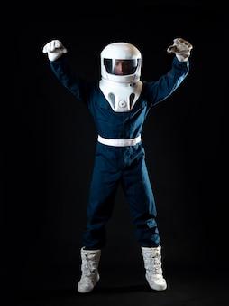 O astronauta está flutuando na ausência de peso, o herói